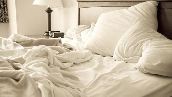 Почему не надо застилать свою постель?